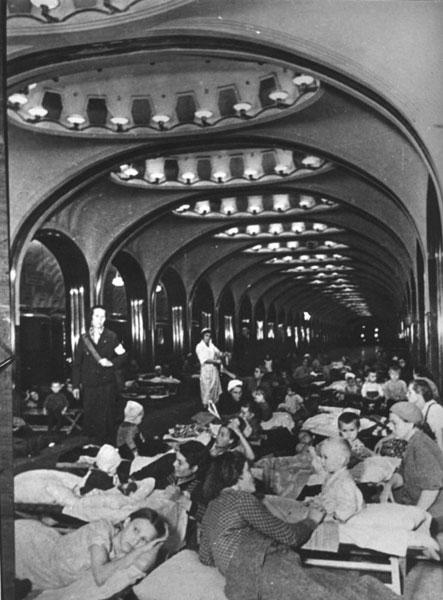 Женщины и дети во время воздушной тревоги. Бомбоубежище на станции метро «Маяковская» в Москве. январь 1942