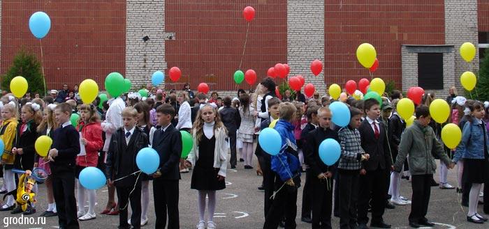 Выпускники начальных классов выпускают в небо воздушные шарики. Гимназия №3 г.Гродно.