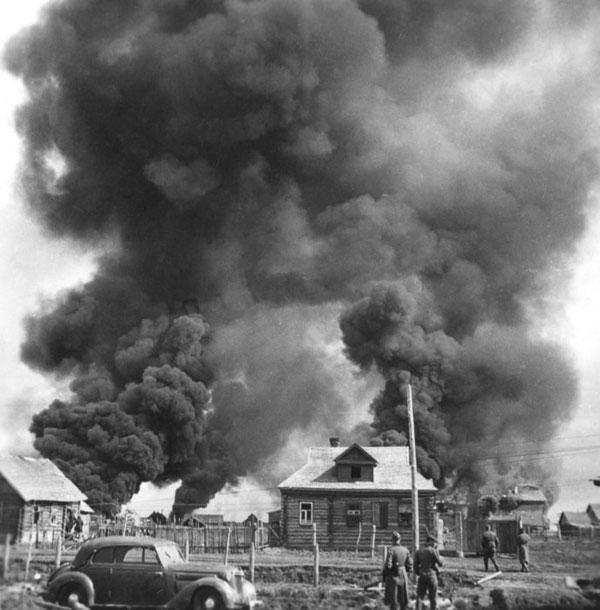 Немецкие солдаты жгут советскую деревню. 1941 г.