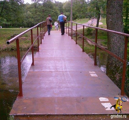 Железный пешеходный мост через реку Лососянка г. Гродно напротив микрорайона Фолюш