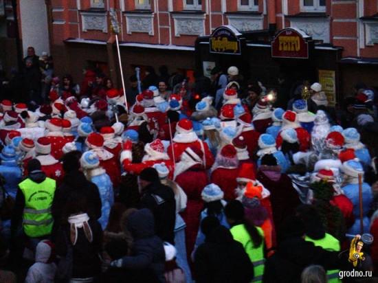 Желтые жилеты оживляют красную толпу. Парад Дедов Морозов 2013 в Гродно.