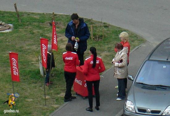 Coca-Cola раздает напитки в гродненском дворе