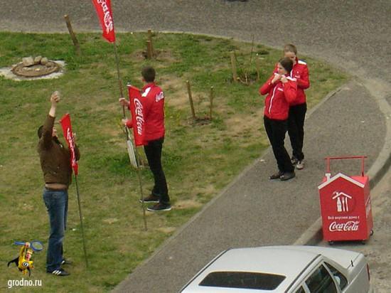 Импровизированный пост Coca-Cola устанавливается в гродненском дворе