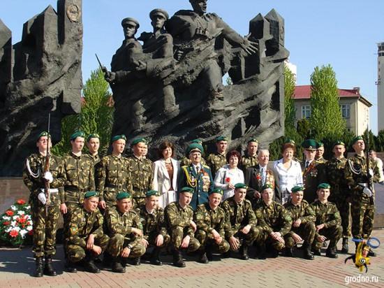 Мемориал советским пограничникам в Гродно. Коллективное фото участников торжественного мероприятия.