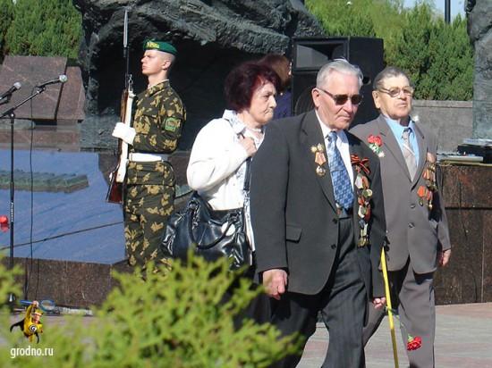 Ветераны возлагают цветы к памятнику советским пограничникам в Гродно.